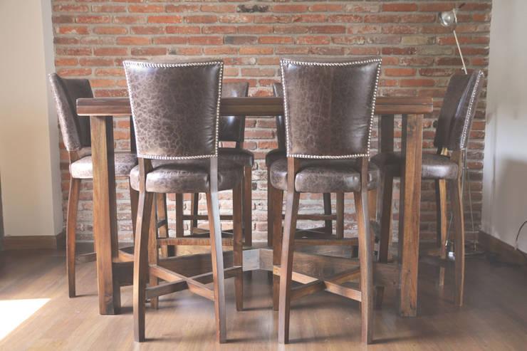 Mesa en madera de cedro rojo y sillas en piel. : Comedor de estilo  por CuboB Arquitectura de Interiores