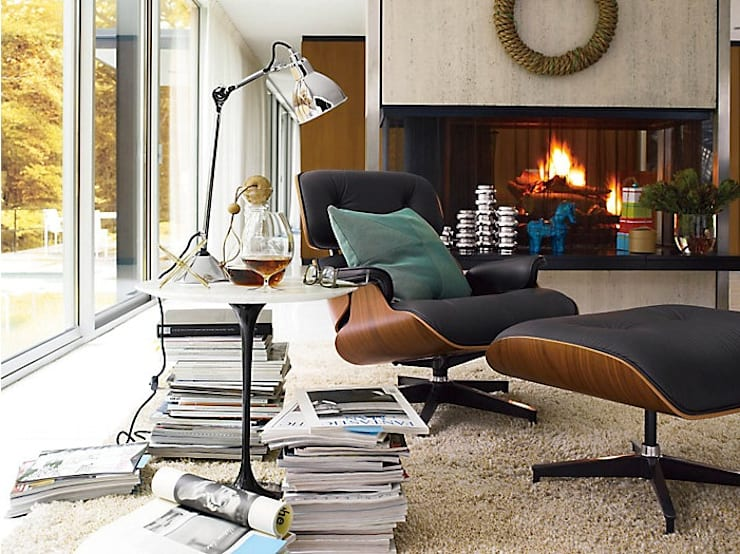 ​  Eames® Lounge Chair and Ottoman: Salas de estilo  por Design Within Reach Mexico