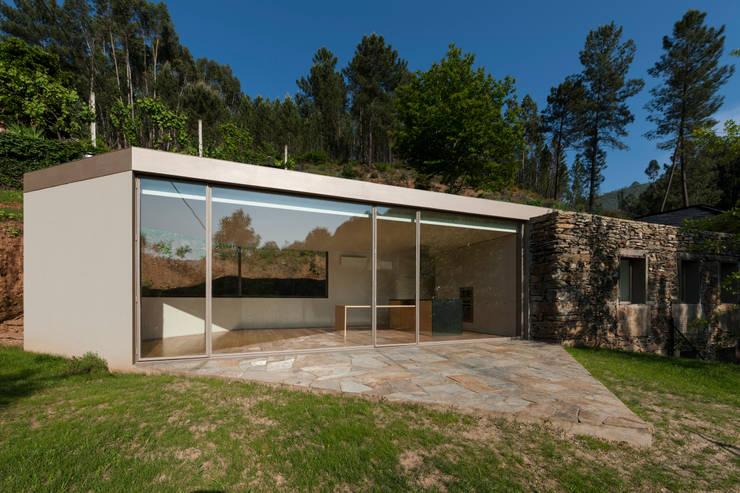 Casa em Espiunca: Casas rústicas por ABPROJECTOS