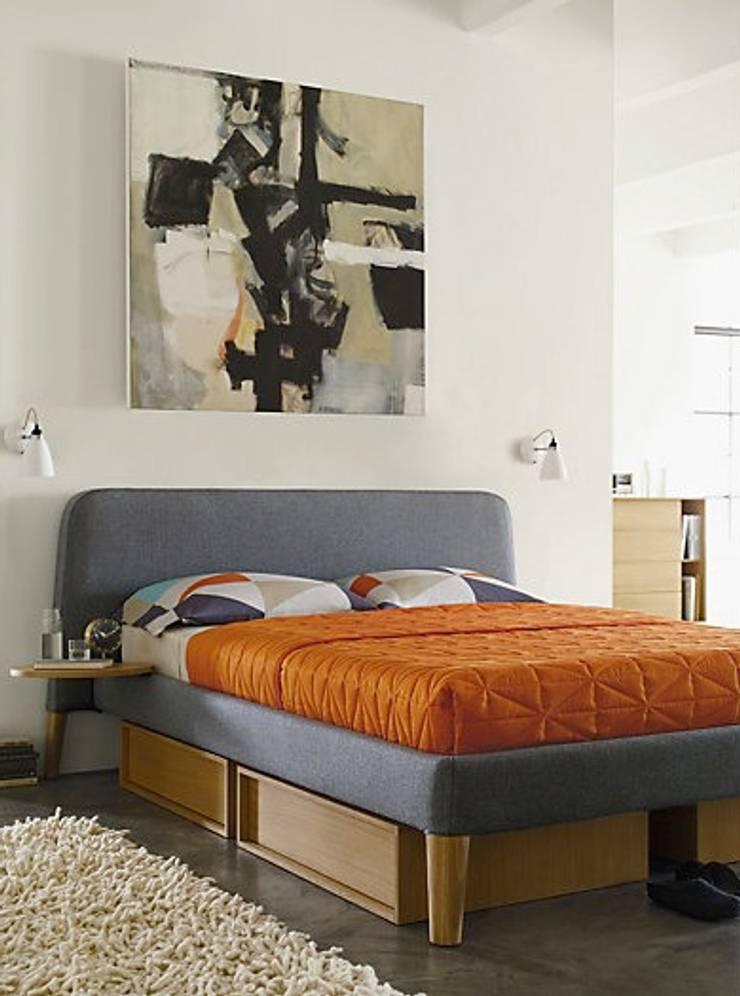Parallel Queen Bed & Under-Bed Storage: Recámaras de estilo  por Design Within Reach Mexico