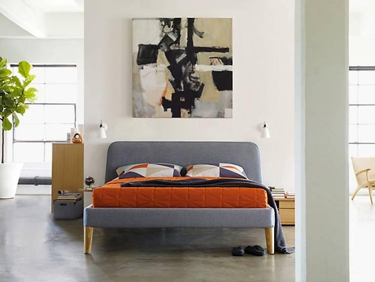 Parallel Queen Bed: Recámaras de estilo  por Design Within Reach Mexico