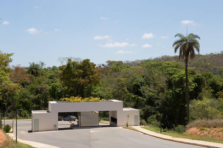 O LAGO E O PERISCÓPIO . Portaria de Condomínio: Garagens e edículas  por Pedro Barata e Arquitetos Associados,