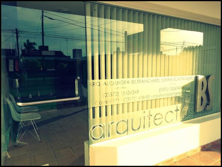 DISEÑO DE VIDRIERA ESTUDIO BS ARQUITECTAS: Estudios y oficinas de estilo  por BS arquitectas - Beltramo + Scantamburlo