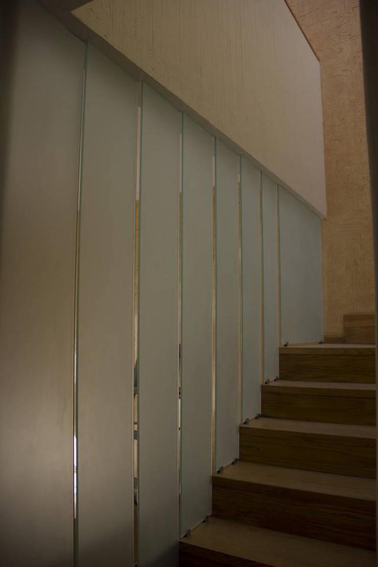 Escalera de acceso: Pasillos y recibidores de estilo  por konSeptA arquitectos