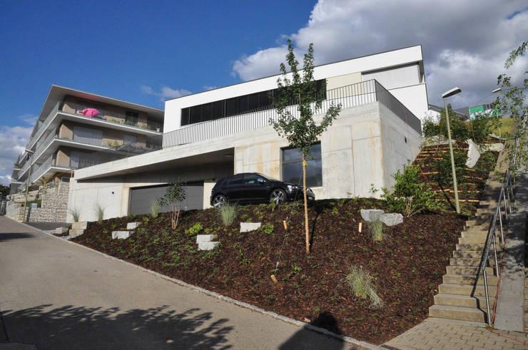 Westansicht Keller und Eingang:  Häuser von Holbi14 architekten GmbH