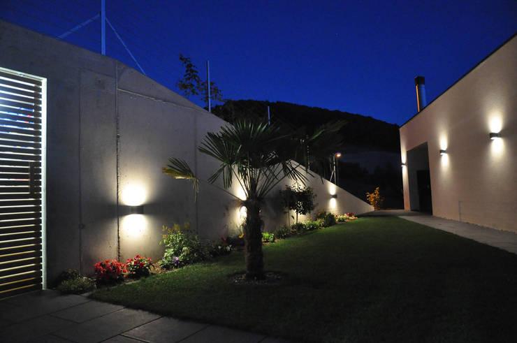 Aussenbereich auf Ostseite:  Terrasse von Holbi14 architekten GmbH