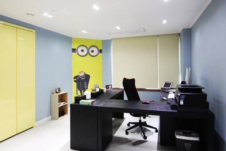유니크&컬러풀 인테리어의 완성!: 필립인테리어의  서재 & 사무실,