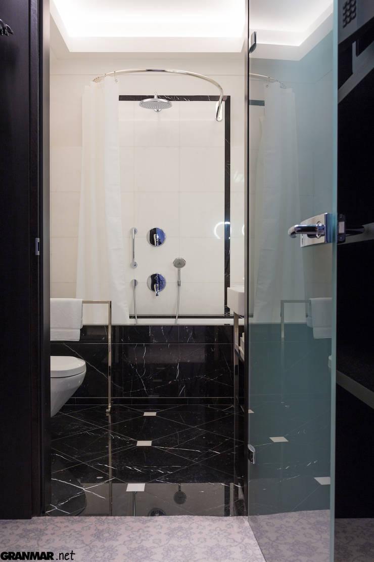 Okładzina wanny wykonana z marmuru Nero Marquina: styl , w kategorii Hotele zaprojektowany przez GRANMAR Borowa Góra - granit, marmur, konglomerat kwarcowy,Klasyczny Marmur