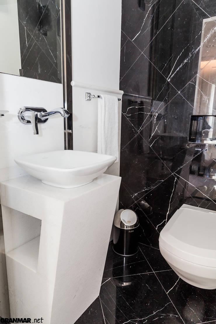 Wnętrze łazienki: styl , w kategorii Hotele zaprojektowany przez GRANMAR Borowa Góra - granit, marmur, konglomerat kwarcowy,Klasyczny
