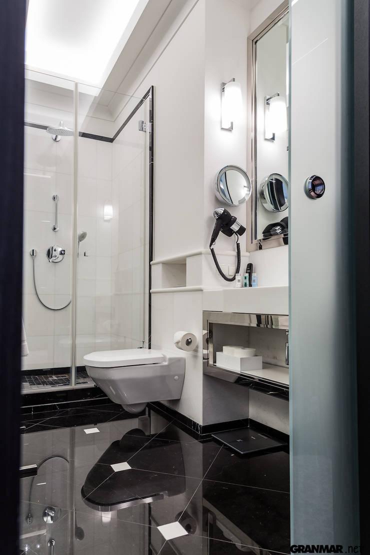 Łazienka w naturalnym marmurze: styl , w kategorii Hotele zaprojektowany przez GRANMAR Borowa Góra - granit, marmur, konglomerat kwarcowy,Klasyczny Marmur