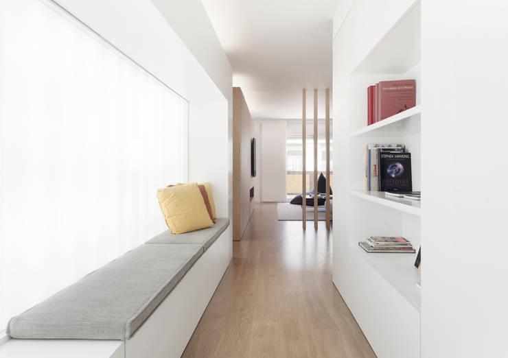 Pasillos y recibidores de estilo  por onside