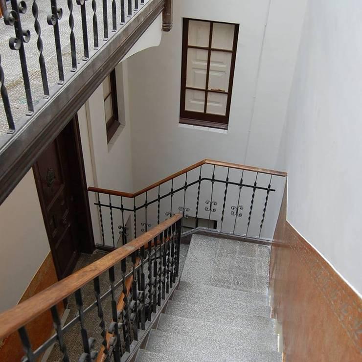 -: Pasillos y recibidores de estilo  por migueldiego717