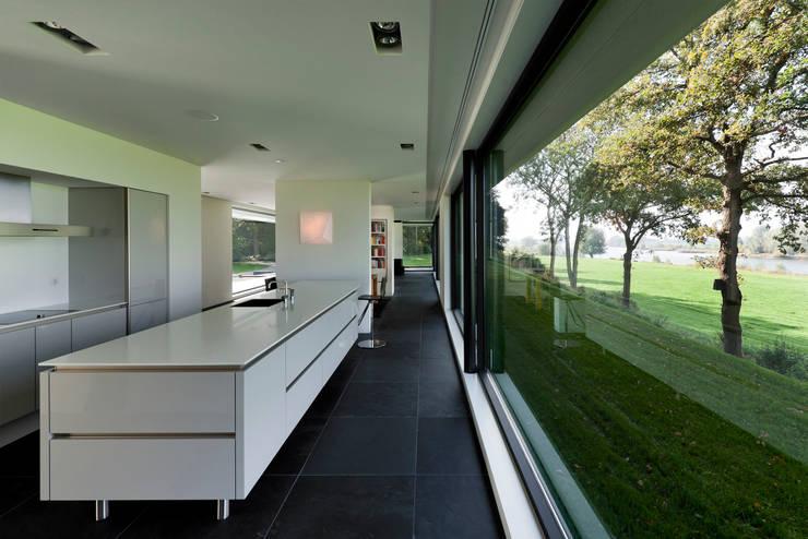 WOONHUIS GORSSEL: moderne Keuken door Maas Architecten