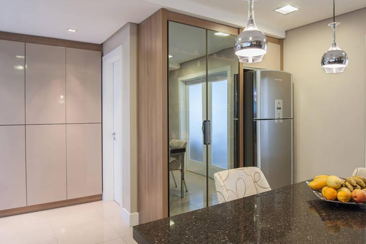 Reforma Residência PioX: Cozinhas  por Ana Kerpen Arquitetura e Interiores