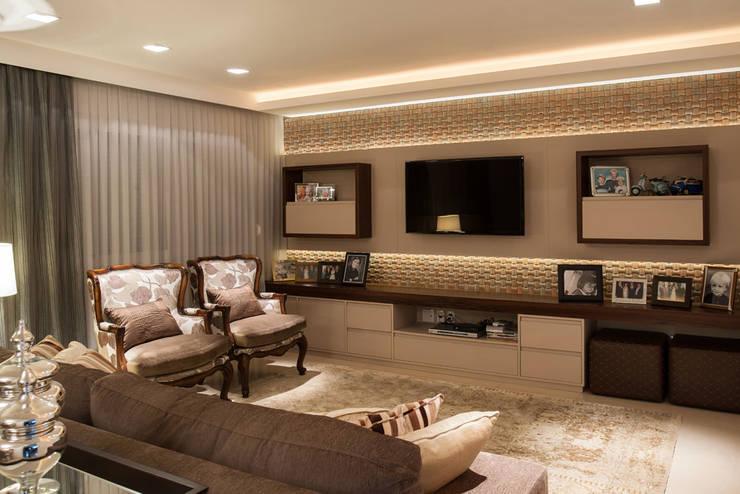 Reforma Residência PioX: Salas de estar  por Ana Kerpen Arquitetura e Interiores