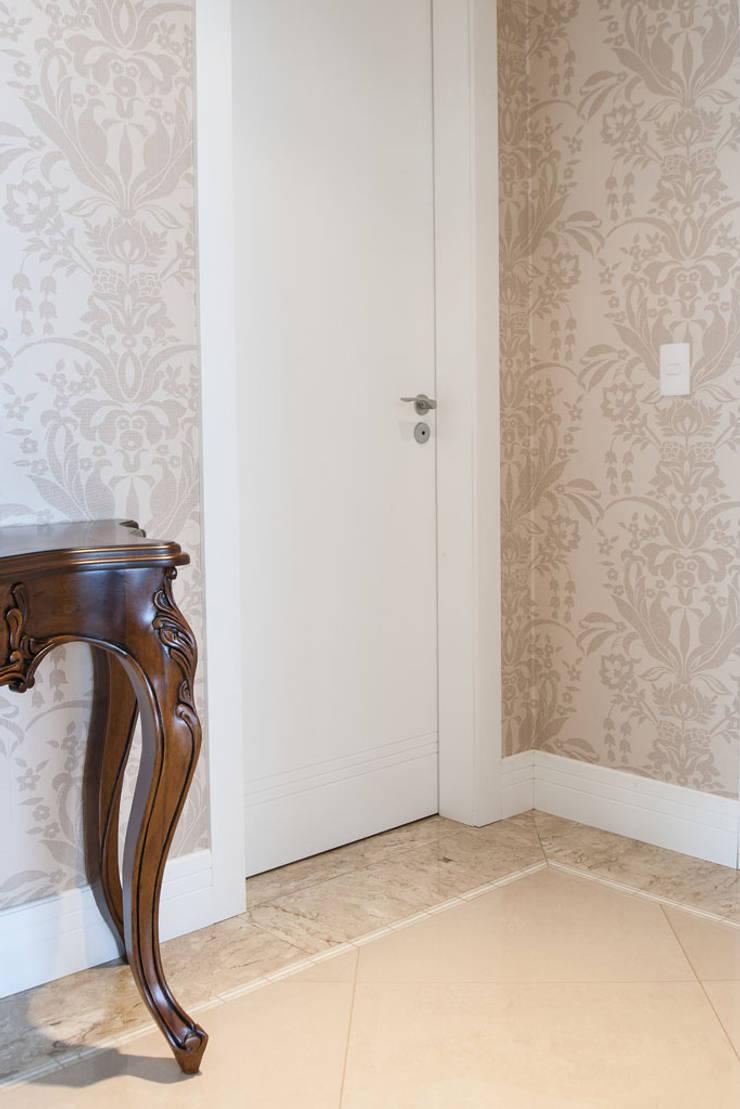 Reforma Residência PioX: Corredores e halls de entrada  por Ana Kerpen Arquitetura e Interiores
