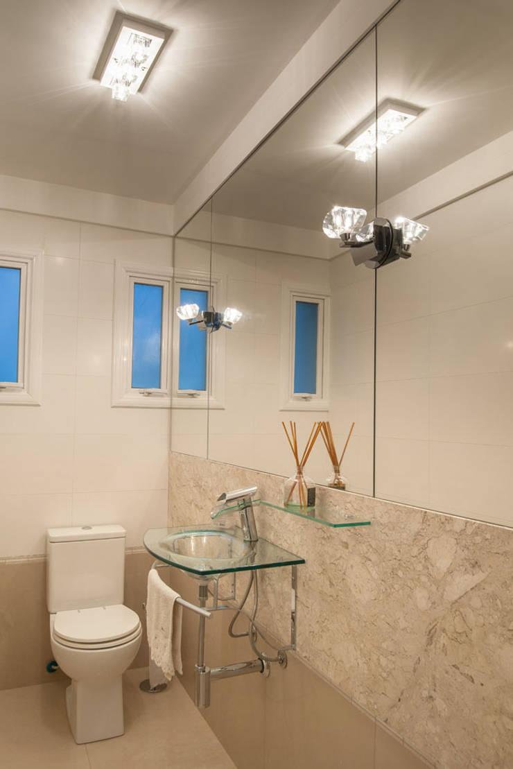 Reforma Residência PioX: Banheiros  por Ana Kerpen Arquitetura e Interiores