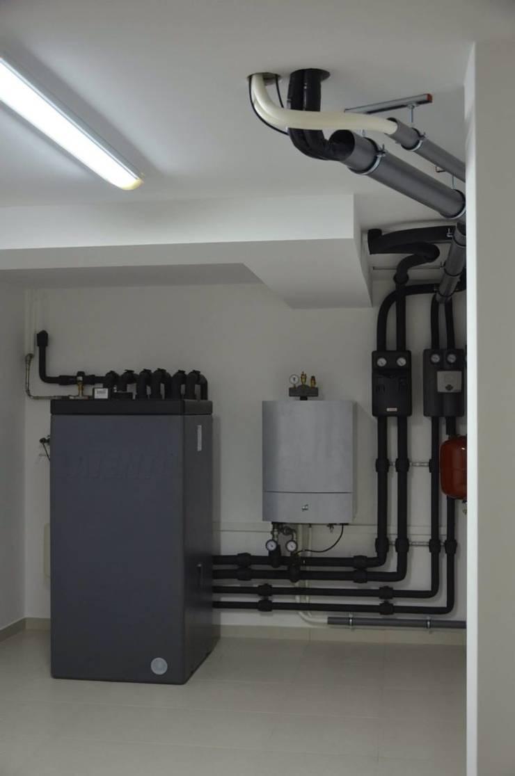 Heat pump + solar: Casas de banho modernas por Dynamic444