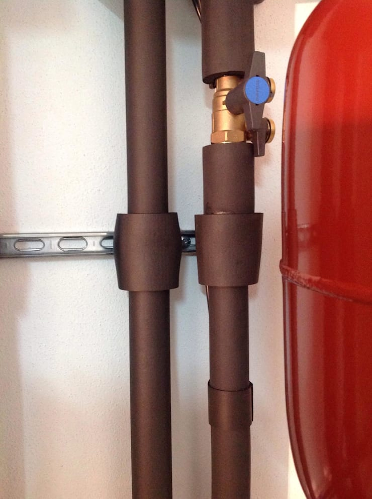 Heat pump + solar: Casas de banho  por Dynamic444,Moderno