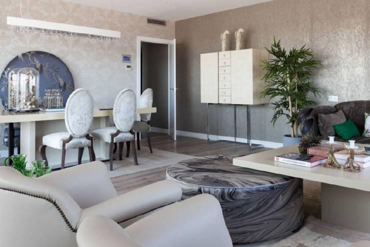 Decoración elegante y moderna para un salón comedor en Poblenou: Salones de estilo ecléctico de INEDIT INTERIORISTAS