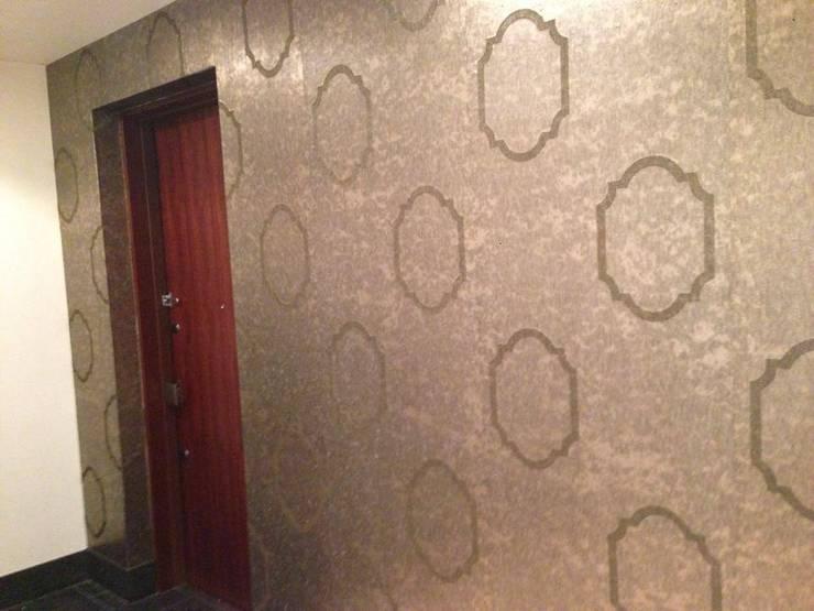 玄関 エントランス: Wall Design Office HapyWalが手掛けた廊下 & 玄関です。