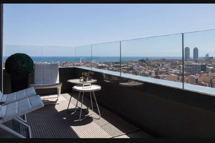 Una terraza para contemplar el mar: Terrazas de estilo  de INEDIT INTERIORISTAS