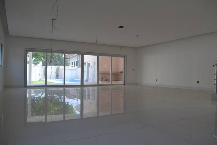 Residencia Maramar I: Salas de estar  por Kubota & Backes,