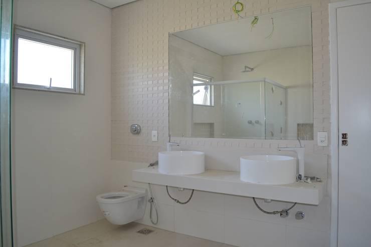 Residencia Maramar I: Banheiros  por Kubota & Backes,