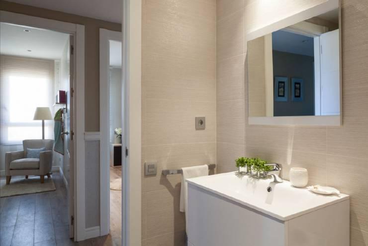 Baño moderno en Poblenou: Baños de estilo ecléctico de INEDIT INTERIORISTAS