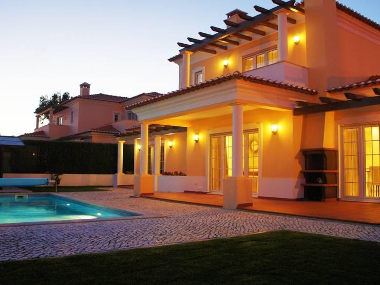 Piscinas de estilo mediterráneo por Elite De Elogios