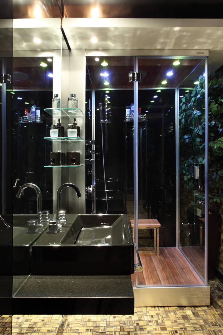 (2006)Apartamento Península: Banheiros  por Escritório Ana Meirelles