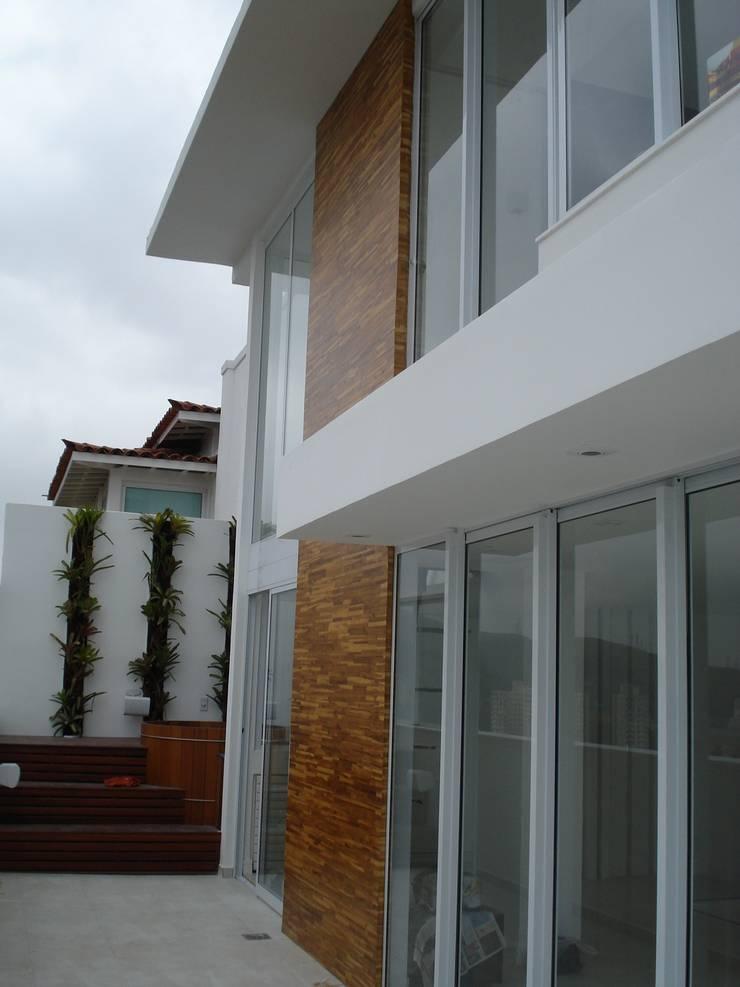 (2008) Cobertura Icaraí: Casas modernas por Escritório Ana Meirelles