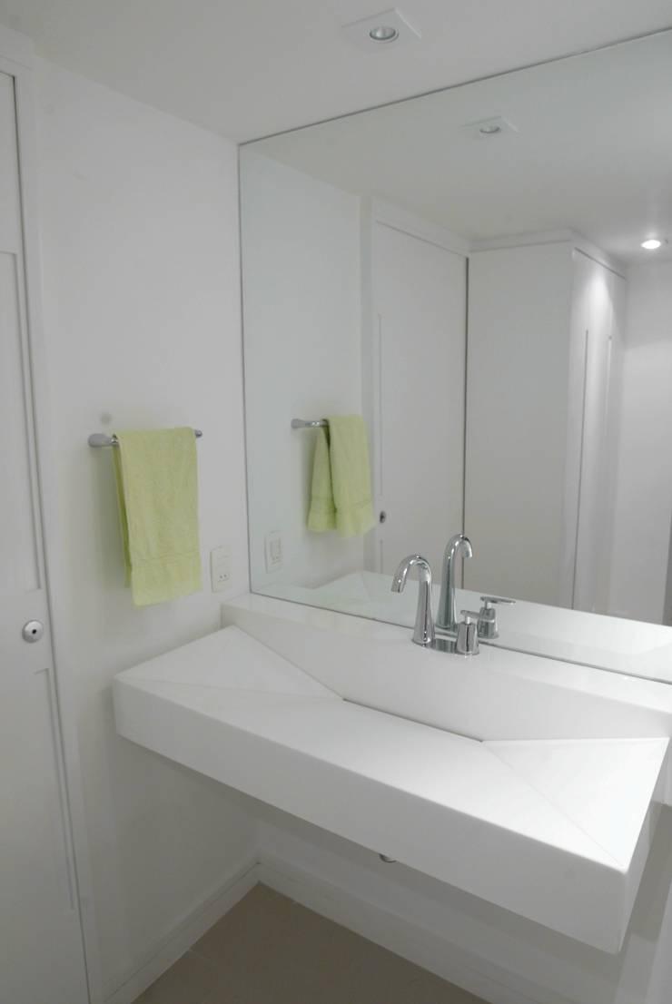 (2008) Cobertura Icaraí: Banheiros modernos por Escritório Ana Meirelles