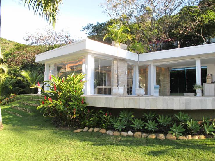 modern Houses by Escritório Ana Meirelles