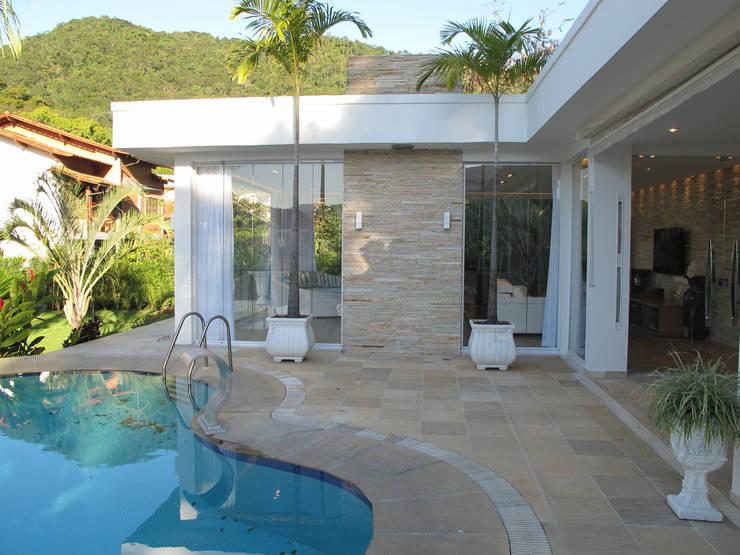modern Pool by Escritório Ana Meirelles