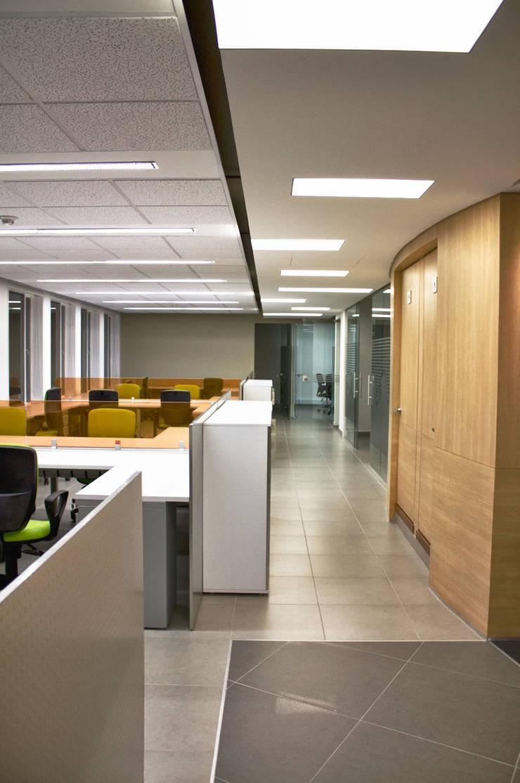 Zona de Operativos: Estudios y despachos de estilo moderno por Qualittá Arquitectura