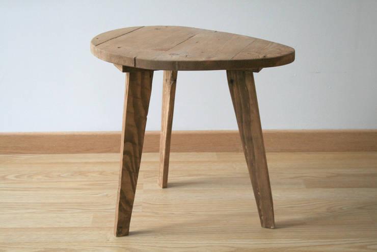 Table de chevet / Petite table basse en bois de récupération: Chambre de style  par Charles' Woodies