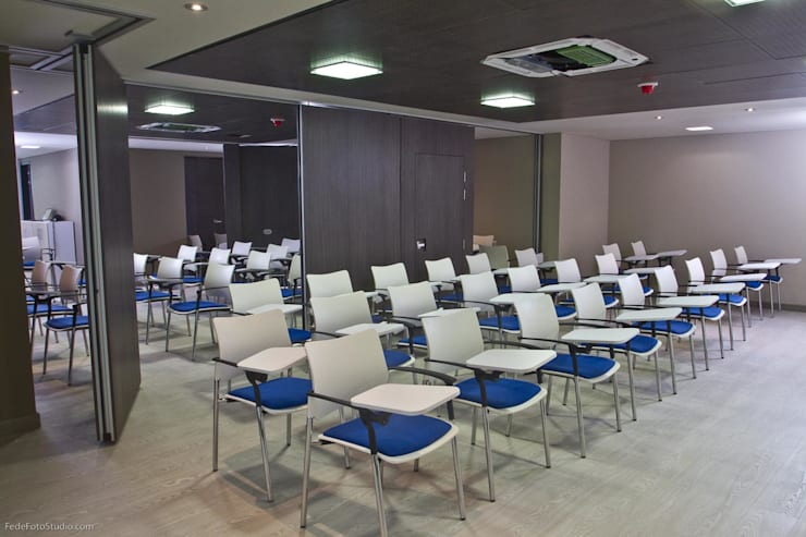 Sala de Conferencias: Salas multimedia de estilo moderno por Qualittá Arquitectura