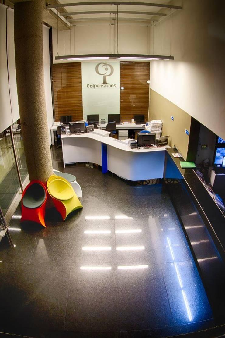 Recepción Edificio: Pasillos y vestíbulos de estilo  por Qualittá Arquitectura