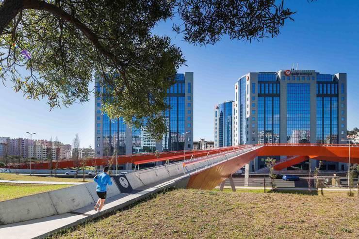 Ponte Pedonal e Ciclável sobre a 2ª Circular:   por MXTstudio