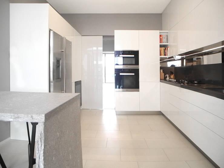 CITI LIFE: Cucina in stile in stile Minimalista di 02arch