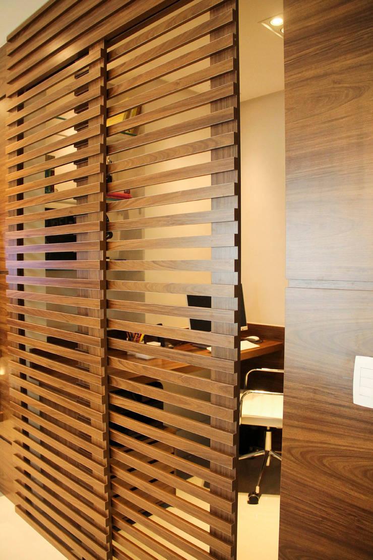 Porta para escritorio: Escritórios  por Sandro Kawamura Designer de Interiores