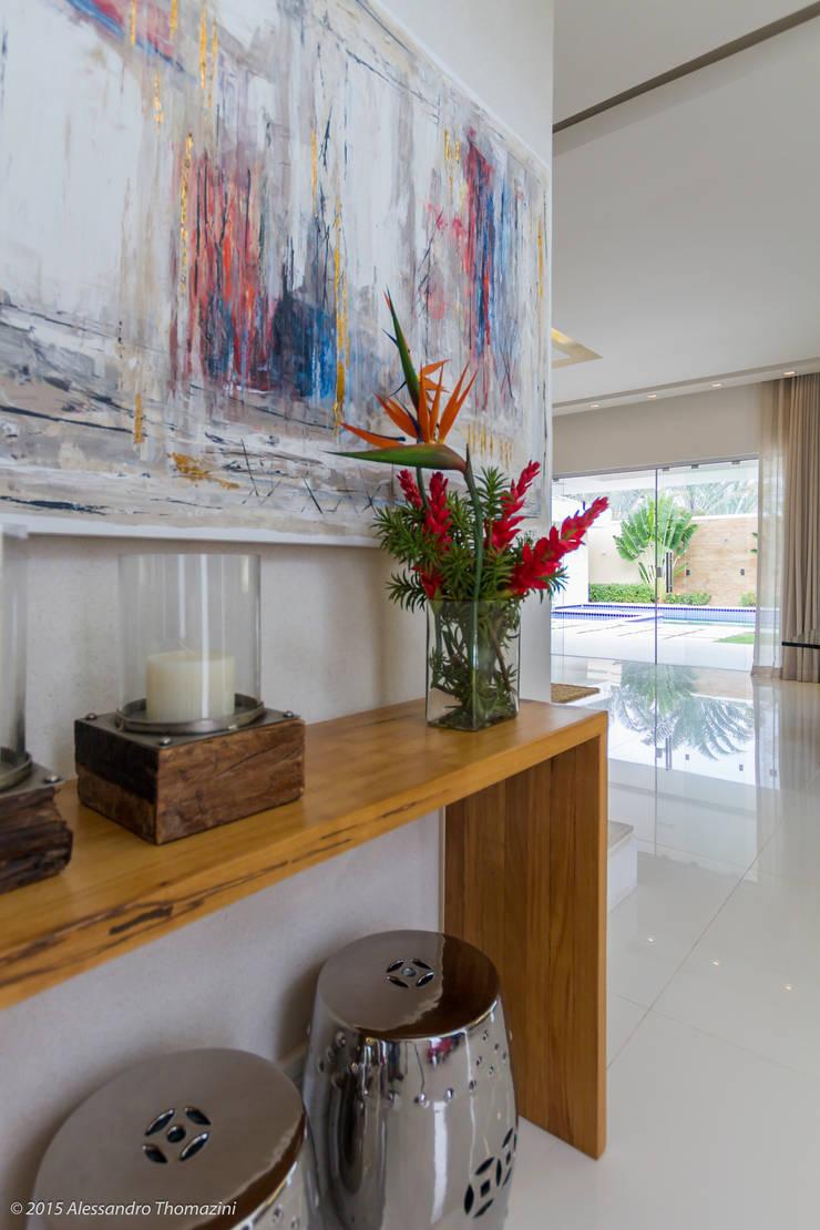 Hall de entrada: Corredores e halls de entrada  por Adriana Leal Interiores