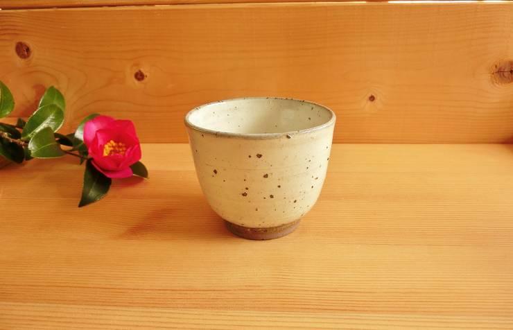 小ぶりな湯呑み: 中岡陶房工芸が手掛けたキッチンです。