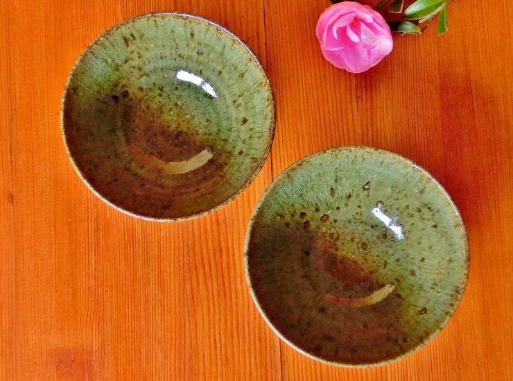 松灰釉を使った器: 中岡陶房工芸が手掛けたキッチンです。,