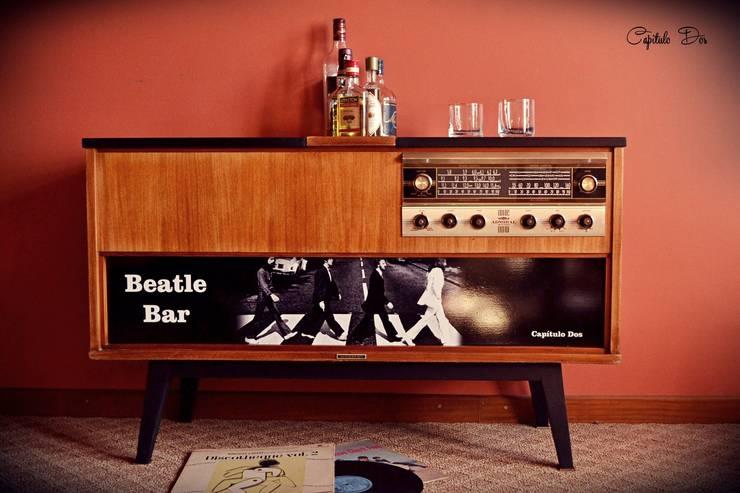 Mueble bar hecho con un combinado de los años ´60: Livings de estilo  por Capítulo Dos,