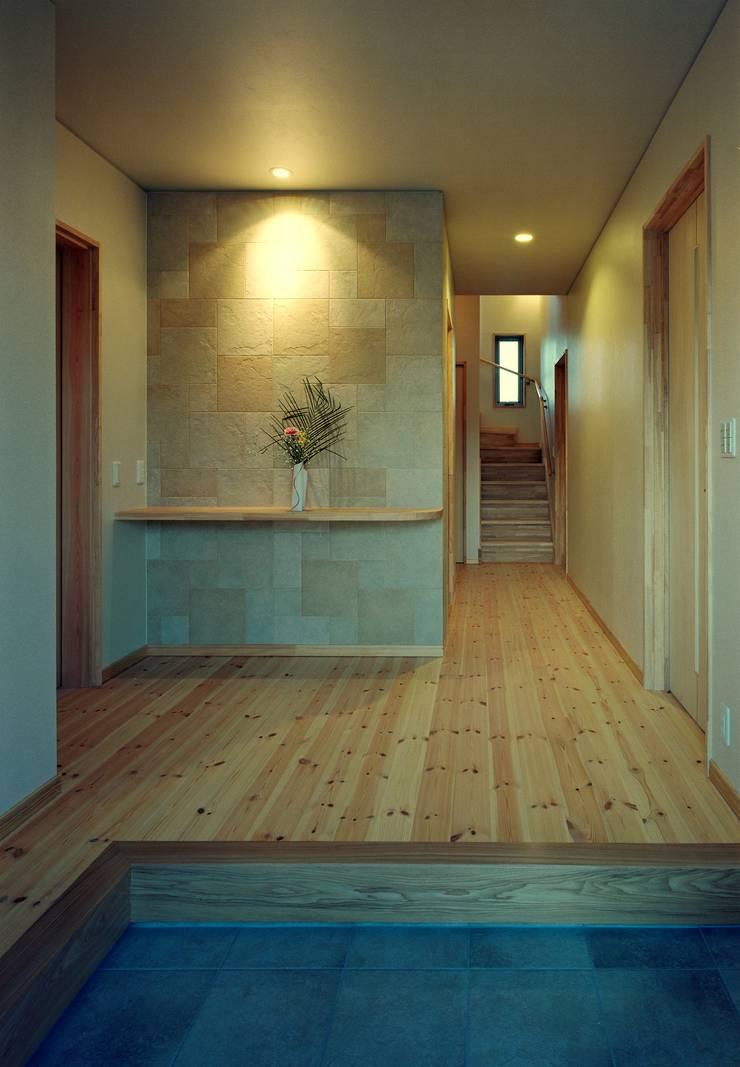 玄関ホール: 小栗建築設計室が手掛けた廊下 & 玄関です。,