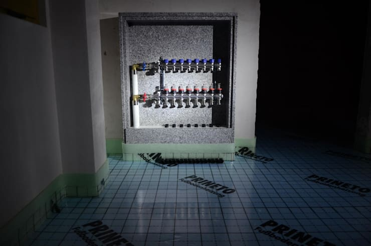 (3) Underfloor heating/ piso radiante: Casas de banho  por Dynamic444