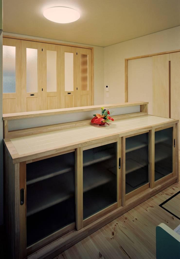 キッチンカウンター 木製: 小栗建築設計室が手掛けたキッチンです。,