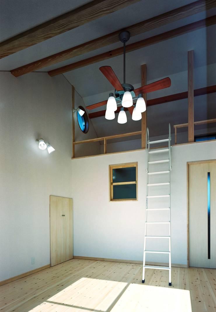 主寝室&ロフト&ウォークインクローゼット: 小栗建築設計室が手掛けた寝室です。,